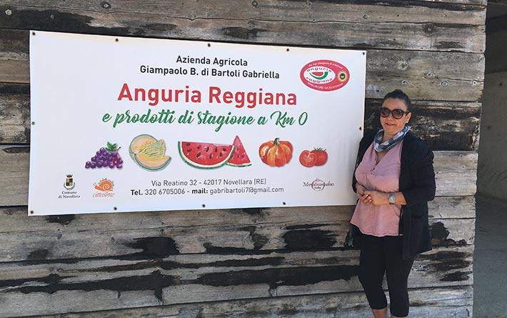 Az. Agr. Gianpaolo B di Bartoli Gabriella: Gabriella accanto al cartello della sua azienda di prodotti a Km0