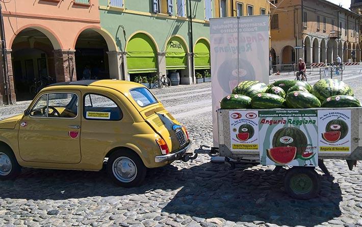 Azienda Agricola Zarantonello: fiat 500 gialla d'epoca con carretto carico di angurie
