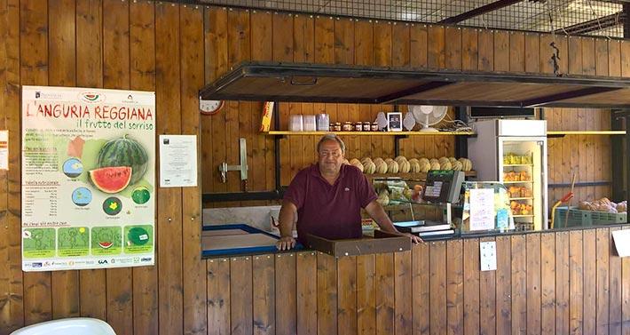 Azienda Agricola Zarantonello: chiosco vendita angurie con Sig. Zarantonello al banco
