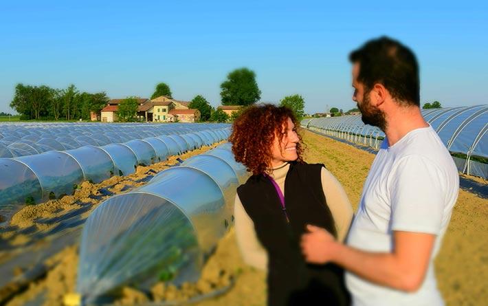 Zone Vocate: i cugini Daniele e Giulia Anceschi fondatori dell'azienda agricola davanti a serre