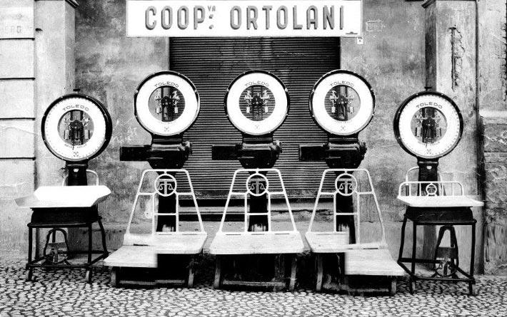 Coop Ortolani foto storica in bianco e nero con bilance