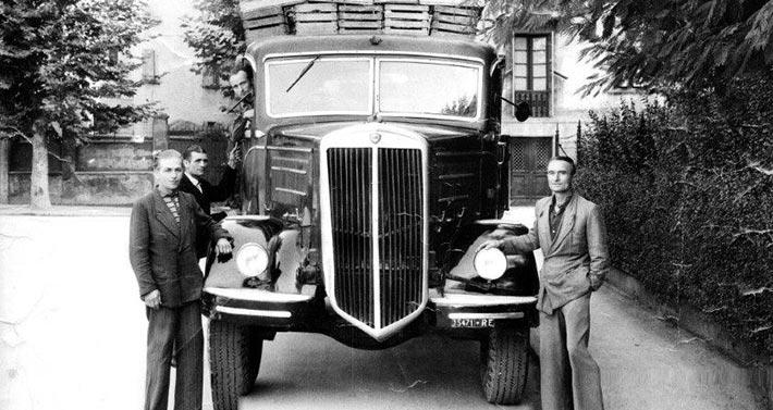 Coop Ortolani foto storica in bianco e nero con furgone d'epoca, primi novecento, carico di cassette della frutta